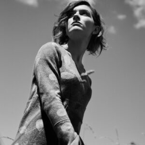 Belinda shirt, soft and straight line with round-neck neckline, made of regenerated cashmere.