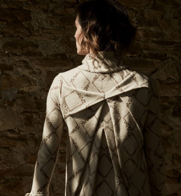 Biagia shirt, slightly A-line, come with pleats oblique to the breast and the back is rich in details