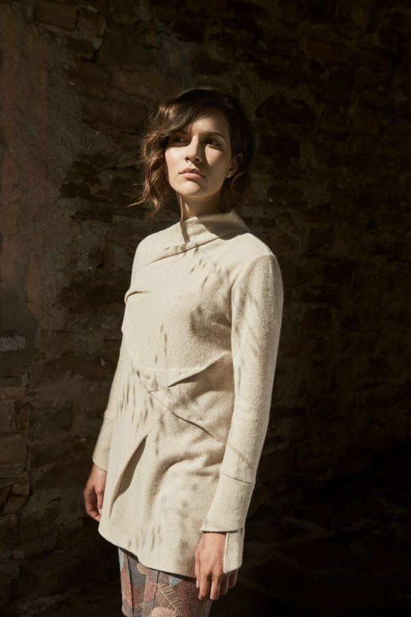 Brigitta shirt, straight soft line with wide turtleneck on one side, made of regenerated cashmere.
